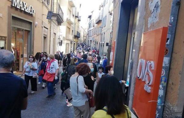 Centro affollato di cittadini e oggi negozi aperti