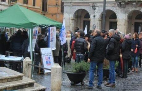 Oltre 300 persone in piazza contro l'aumento delle bollette dell'acqua
