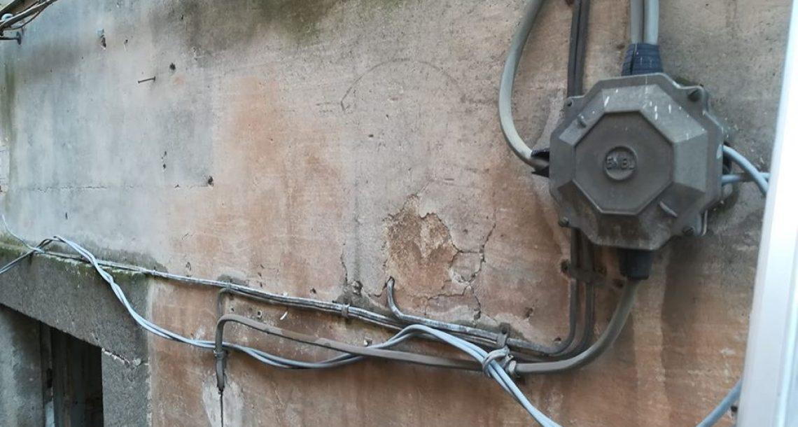 """""""I fili col bucato sono brutti? L'assessora pensi ai cavi elettrici che penzolano"""""""