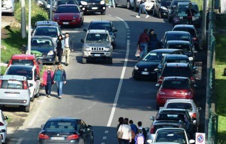 Santa Barbara: niente marciapiede, per i pedoni slalom tra le auto